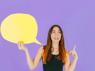 Femme joyeuse avec bulle de dialogue pointant vers le haut Télécharger des Photos gratuitement